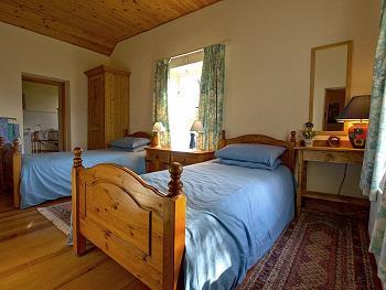 Chambre à deux lits avec salle de bains (douche / WC)