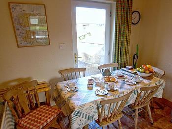 Table de salle à manger avec porte pour l'extérieur